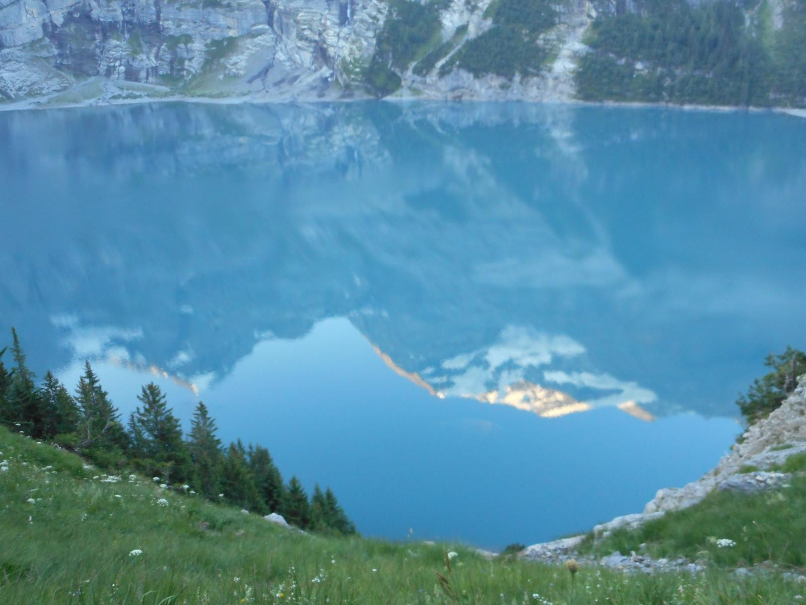 Reflets magiques sur  l'Oeschinensee
