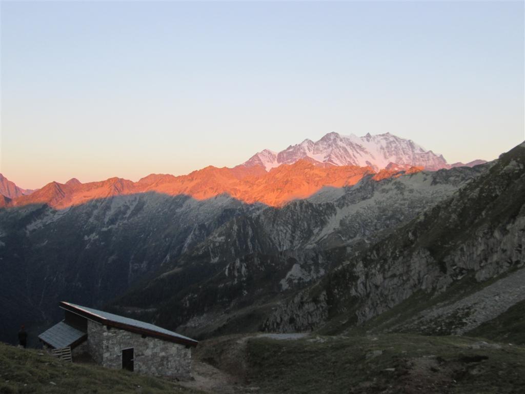 Le tout neuf (Aout 2013) bivouac du Colle d'Egua avec vue imprenable sur le Mont Rose