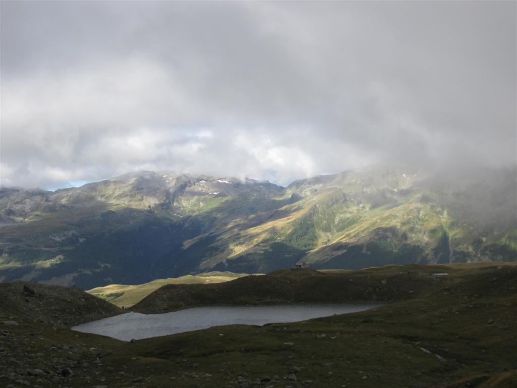 Lago di Niemet, Italie, après le passo de Niemet (2295m) et rifugi Bertacchi.