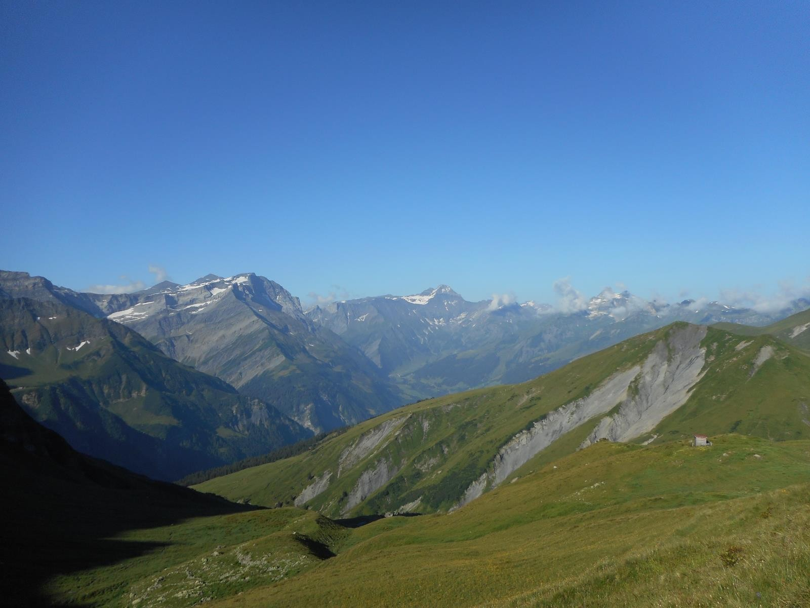 Après une (trop) longue descente sur Elm, remontée sur large piste vers le Foopass (2223m)