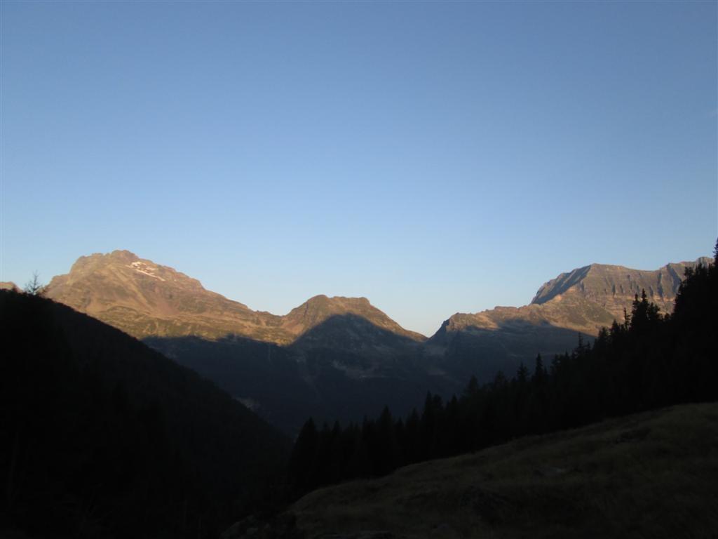 Lever de soleil depuis notre bivouac, sur le piz di Strega (2912m)