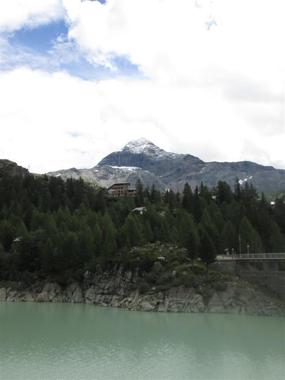 Le refuge Zoia (CAI, 2021m) depuis le lago di Gera.