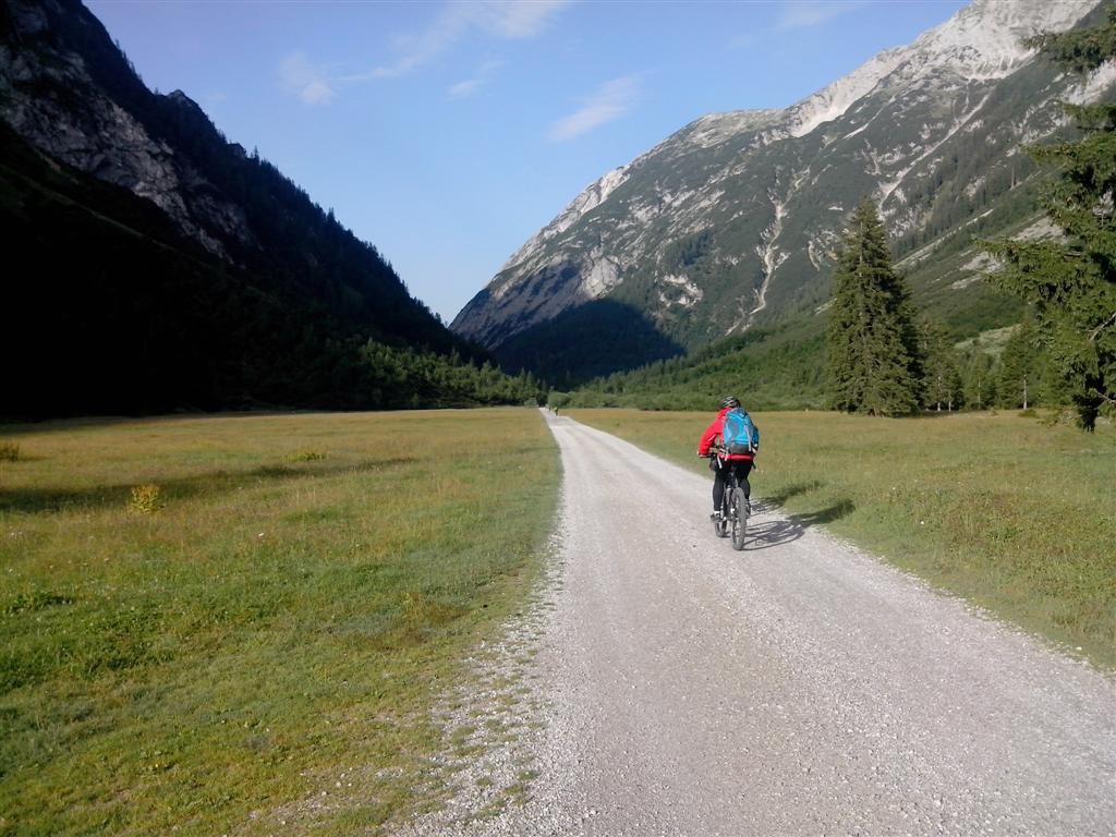 Longue descente sur piste vers Scharnitz