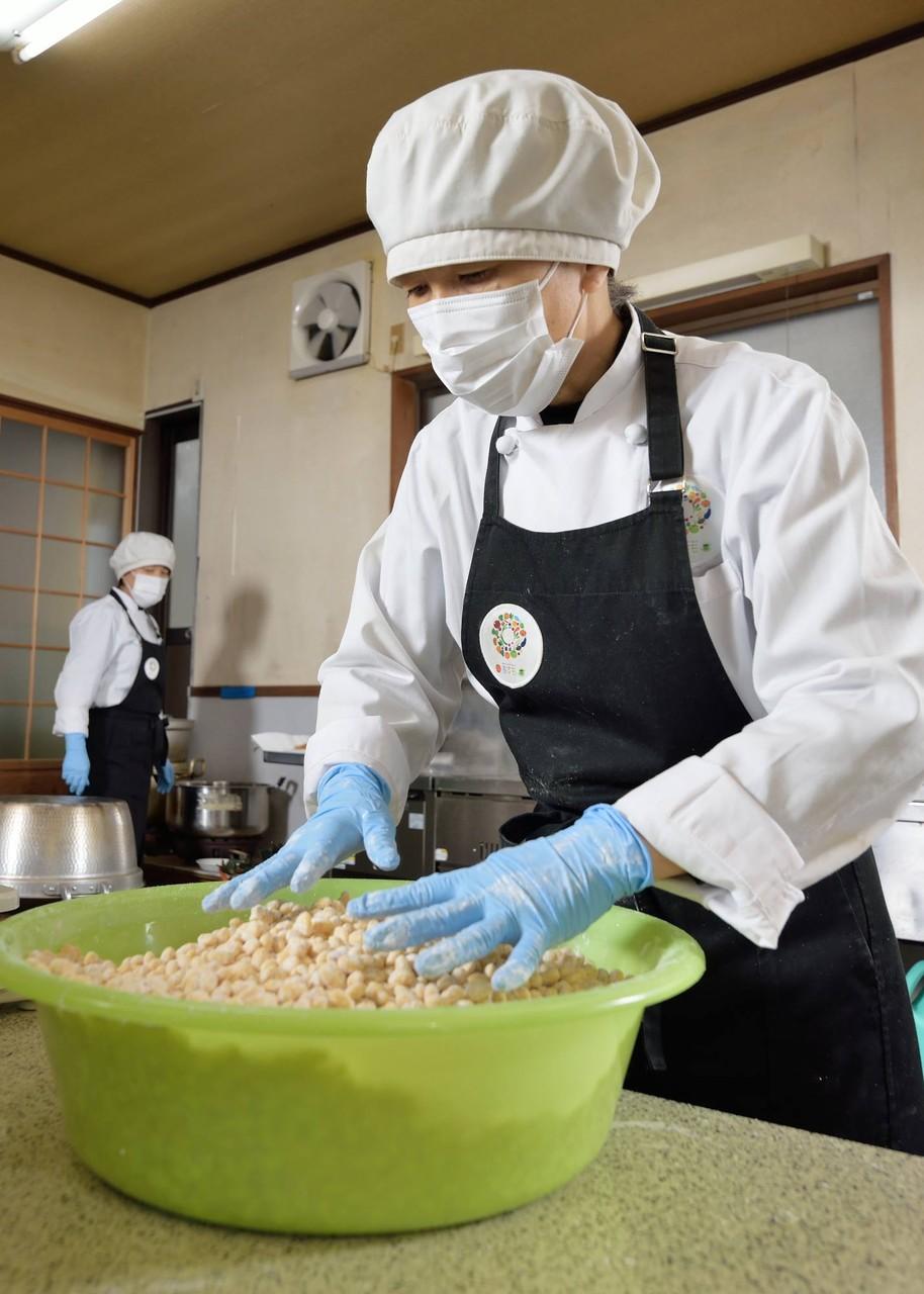 一晩水に漬けた大豆を水切りし片栗粉をまぶす。