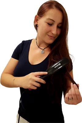 Frau mit Apalus Glättbürste beim Haare glätten Test
