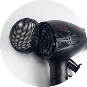 Reinigung AEG Haartrockner: Luftansauggitter entgegen dem Uhrzeigersinn drehen und abziehen