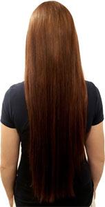 Frau mit langen roten Haaren nach dem Glätten mit der Glättbürste Efalock