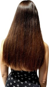 Frau mit langen braunen Haaren nach dem Glätten mit der Babyliss Glättbürste