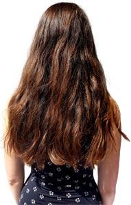 Frau mit langen braunen Haaren vor dem Glätten mit der Babyliss Glättbürste