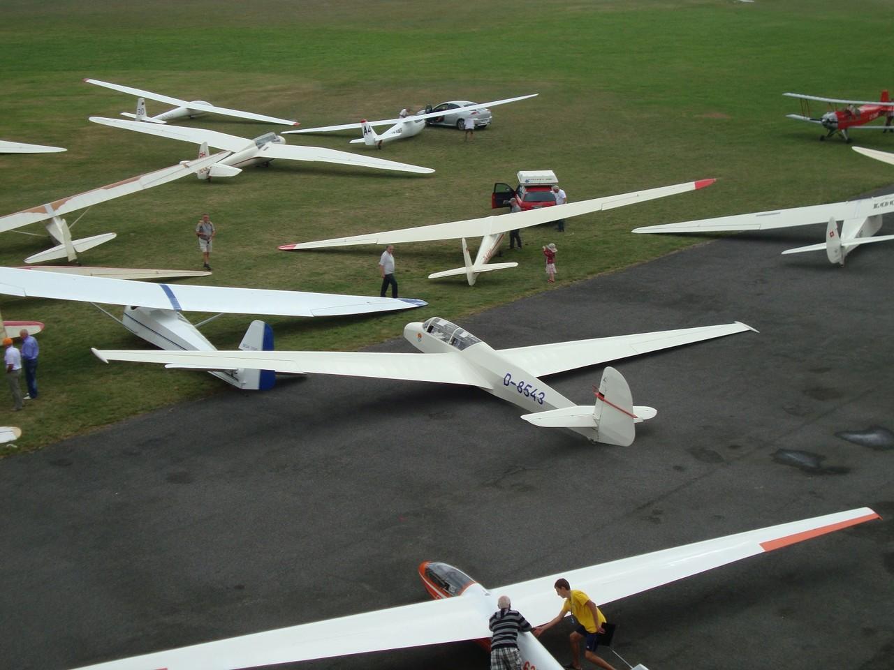 Vorfeldszene mit historischen Segelflugzeugen. Foto: Auer
