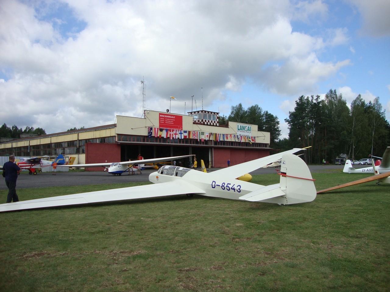 Kranich III vor dem Hangar in Pocuinai. Foto: Auer