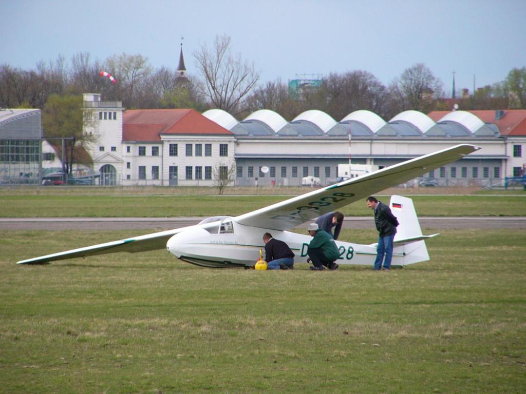 K 8 nach Landung, im Hintergrund Flugwerft Schleißheim