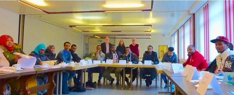Flüchtlinge und Mitarbeiter beim Unterricht. // Foto: Heinl