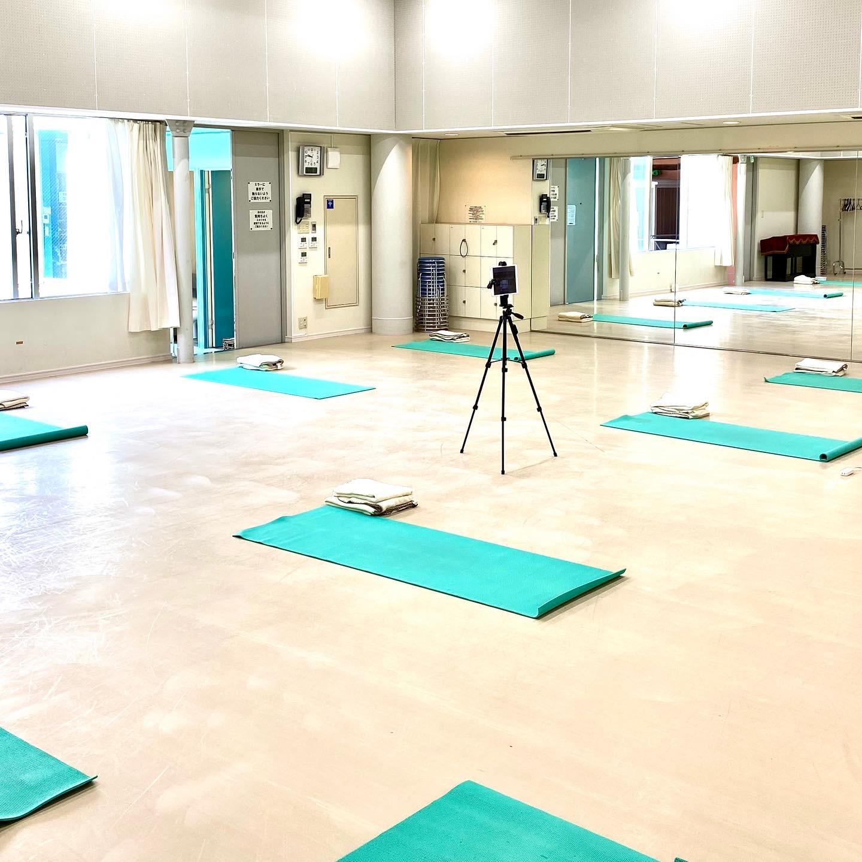 小竹向原スタジオ: 約100平米の広々スタジオで天井も高く開放的な空間でヨガを楽しめます♪