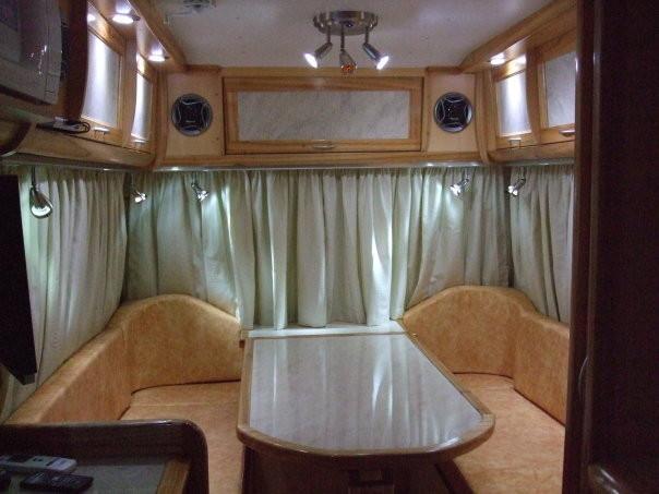 Amplia mesa comedor laminada y finos almohadones