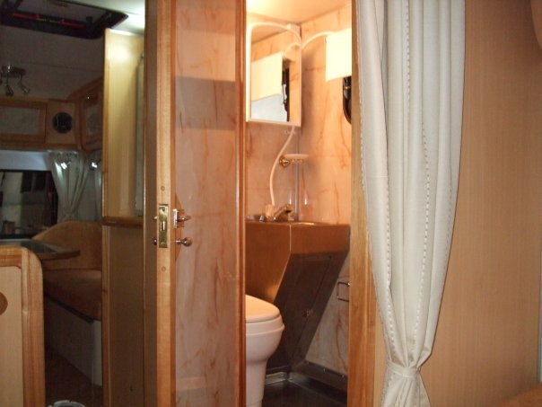 Baño revestido en material impermeable - Piso de acero inoxidable