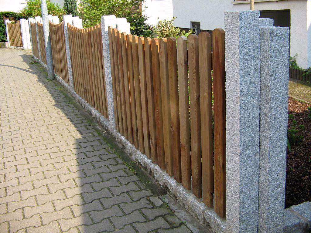 Holzzaun-Elemente mit Steinpfosten