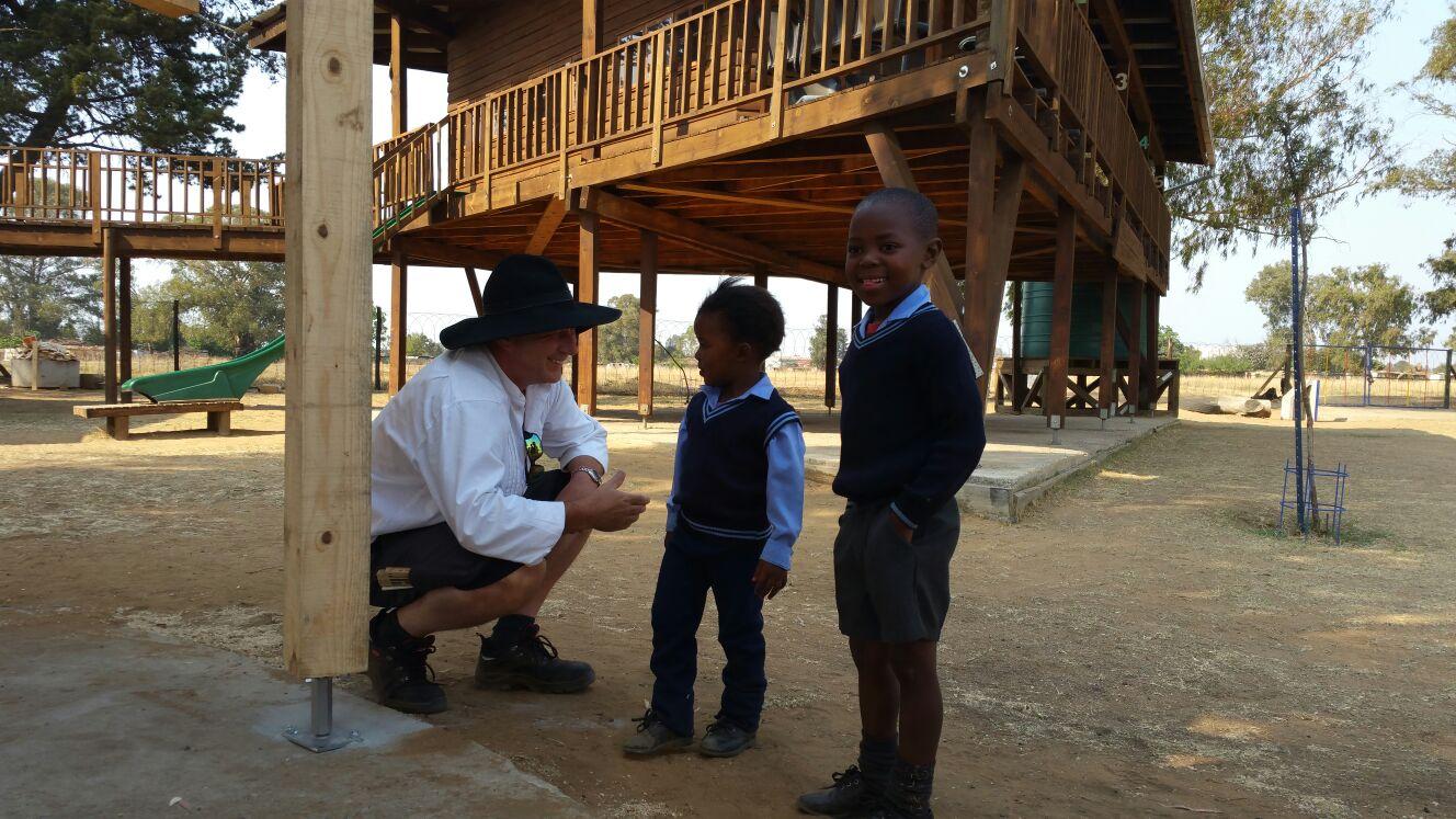 Herr Zimmermann im südafrikanischen Witbank mit zwei Schulkindern.