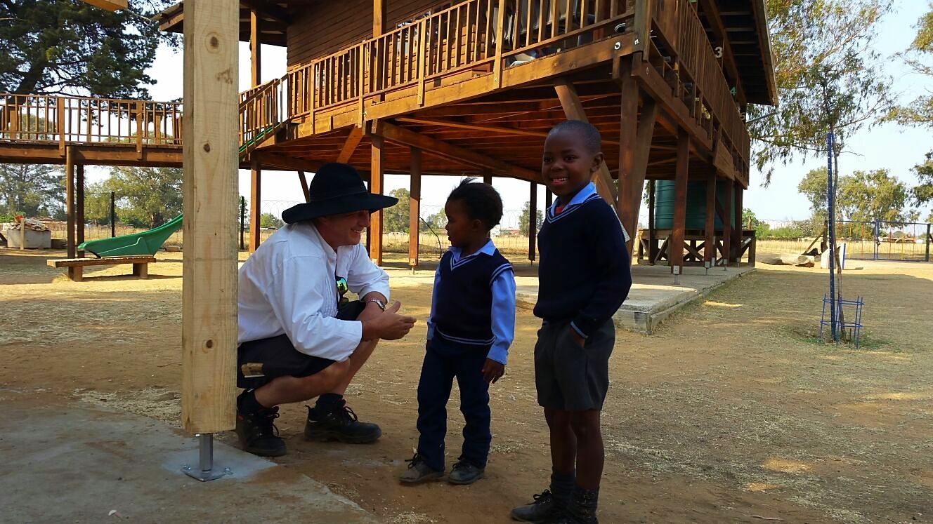Stefan Zimmermann und zwei afrikanische Schüler