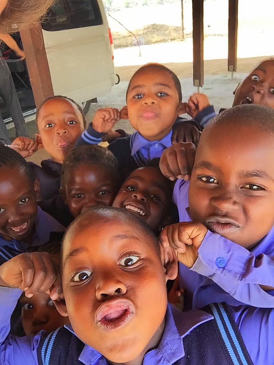 Trotz der verhherenden Umstände, haben diese Kinder ihr Lachen nicht verlernt.