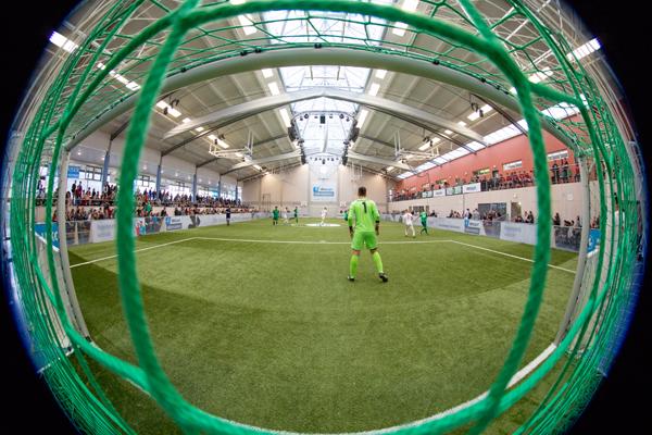 welcome-net GmbH, Stuttgart, Eventagentur, Süddeutschland, Hallenmasters, Sport-Event, Blick durchs Fußballtor