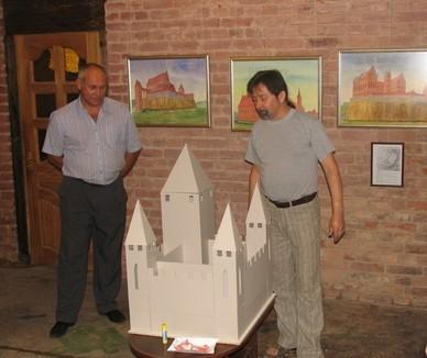 Чертов С. (справа) открывает выставку своих акварелей