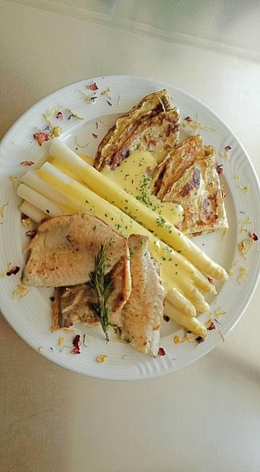 Spargel mit Flädle, Doradenfilet und Sauce Hollandaise