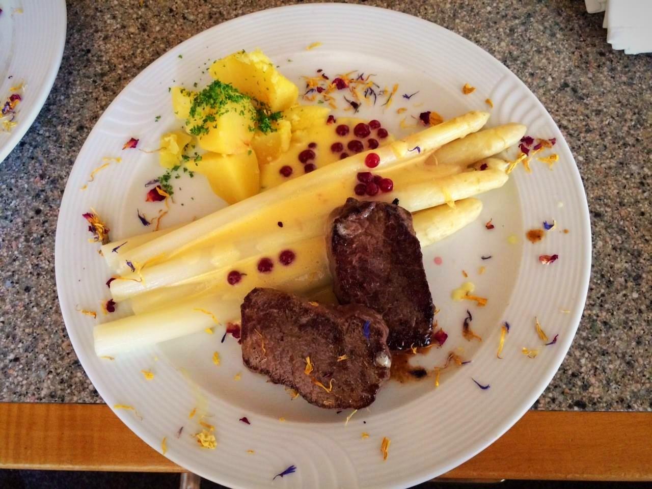Spargel mit Kartoffel, Hirschrückensteak und Sauce Hollandaise