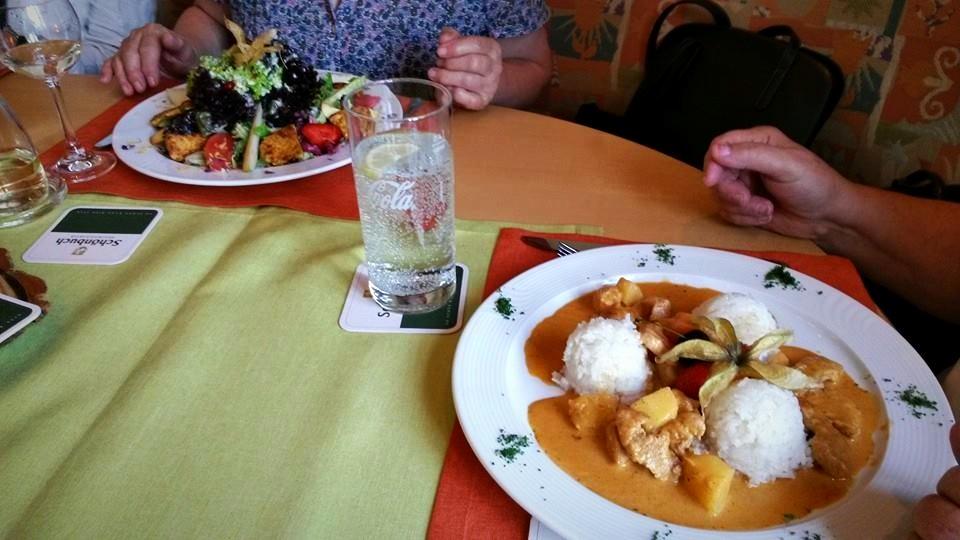 Sommersalat und Currygeschnetzeltes mit Pute Früchten und Thai-Duftreis