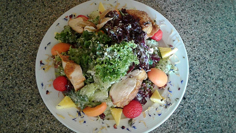 Sommersalat mit Maispoulardenbrust und Früchten