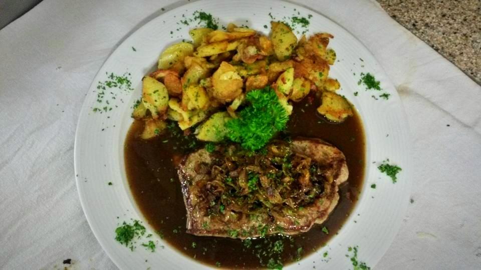 Zwiebelrostbraten (Argentinisches Roastbeef) mit Bratkartoffel