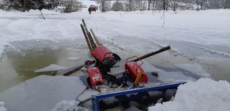 Traktor beim räumen im Eis eingebrochen