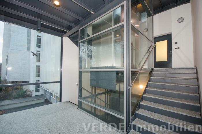 Neues Treppenhaus mit Aufzug