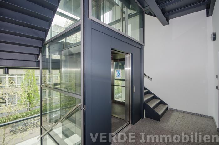Neues Treppenhaus mit Personenaufzug