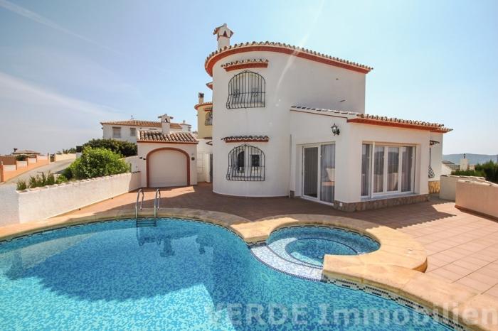 Villa mit Anbau, Poolhaus