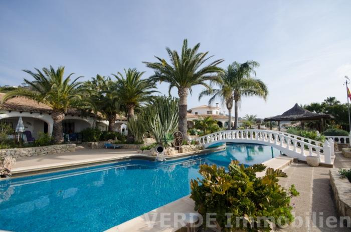 Poolbereich, im Hintergrund Villa und Gästehäuser