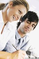 Zufriedene Mieter bei Mietvertragsunterzeichnung bei VERDE Immobilien