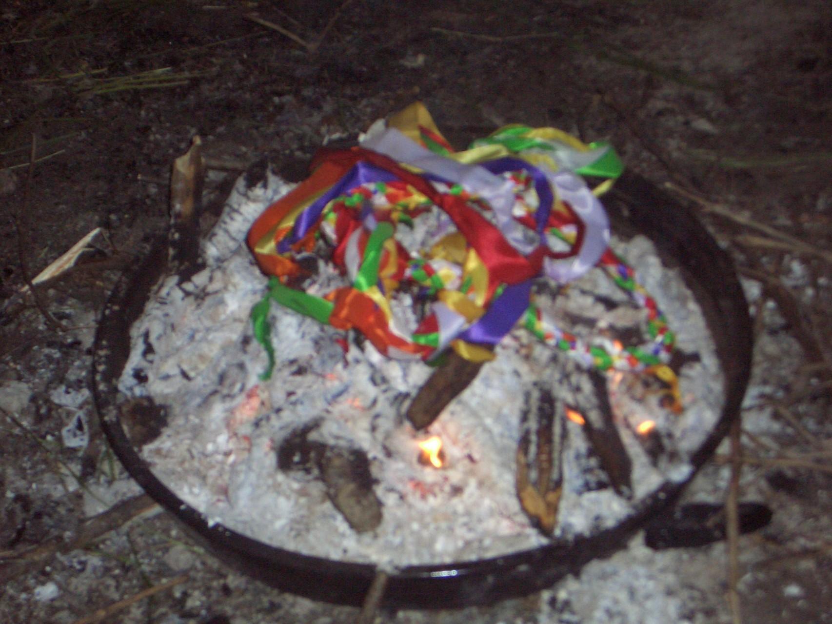 Die Bänder erfüllt von unserer Liebe werden zum Abschluss dem Feuer übergeben.....