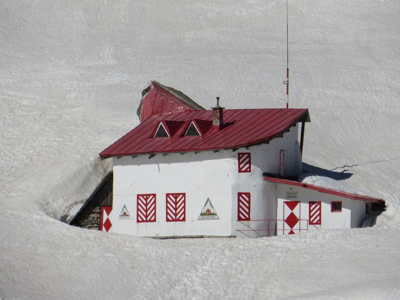 Um den Balea-See ist noch alles im Schnee versunken