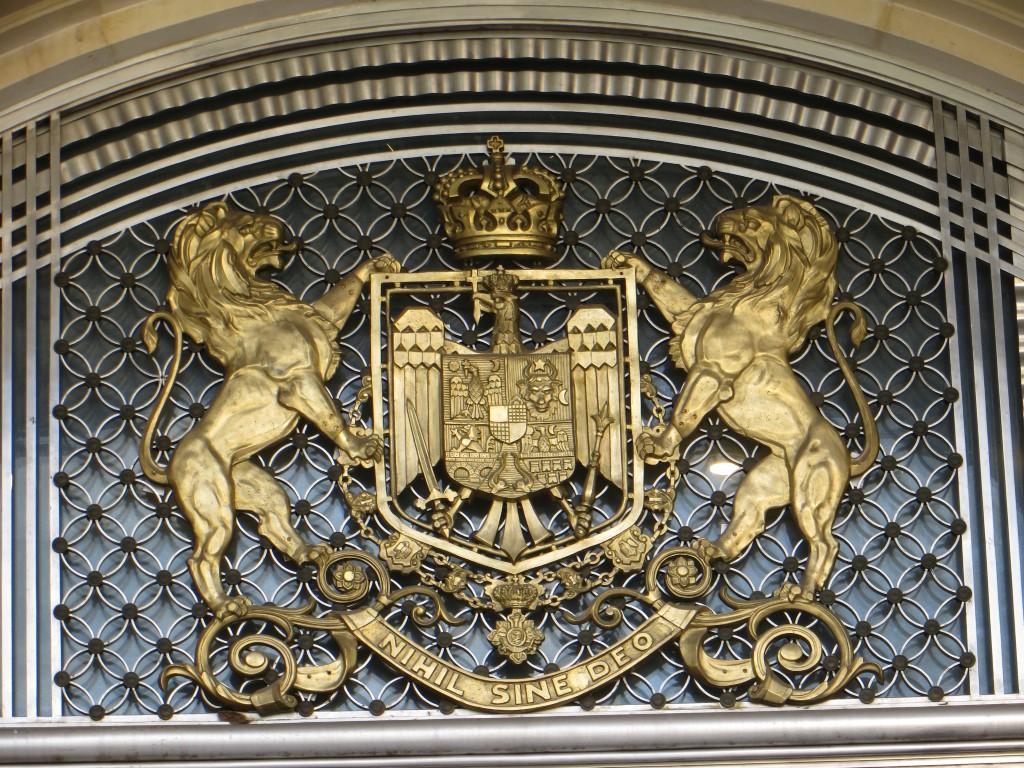 Über dem Eingang des Königspalastes, in dem heute das Kunstmuseum untergebracht ist