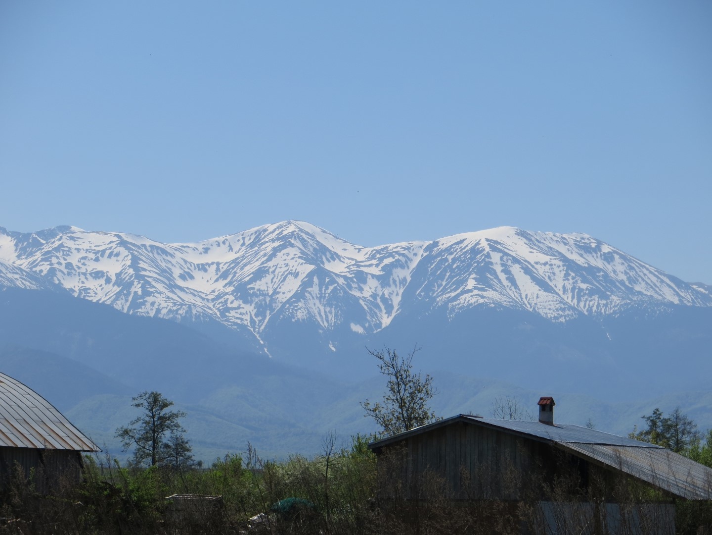 Die schneebedeckten Gipfel der Muntii Fagaras (Fogarascher Gebirge)