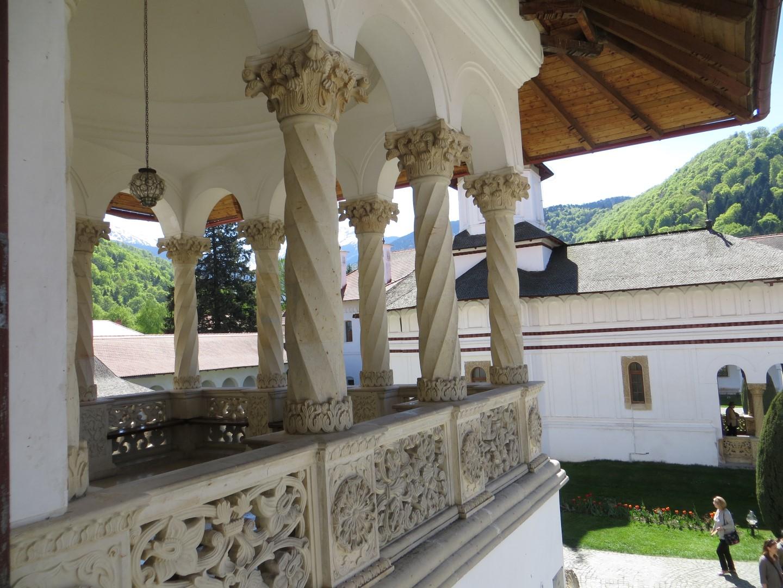 Gebäudeverzierungen im typisch rumänischen Stil (brancovenesc) - nach dem Gründer des Klosters Fürst Brancoveanu)