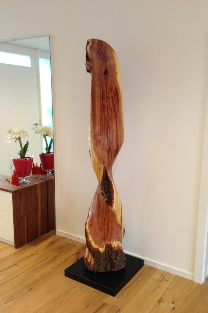 Stamm eines Pflaumenbaumes, edler Steinsockel m. Schattenfuge