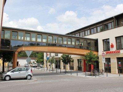 Verbindungssteg der Hauptgeschäftsstelle der Kreissparkasse Miesbach