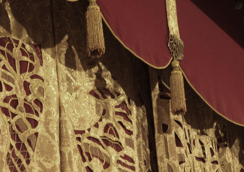 О.Попова деталь занавеса основной сцены Белгородского государственного академического драматического театра имени М.С. Щепкина, выполнение вышивки Т.Соколиной  2001