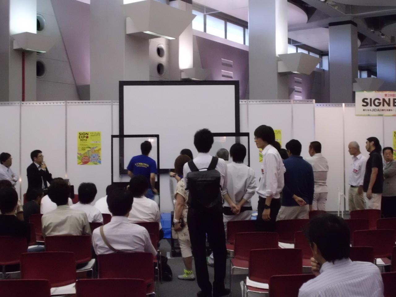 午後2つ目のセミナー「ガラスフィルム施工講習会」。受講者の皆様は熱心に聴講、この後実習も。