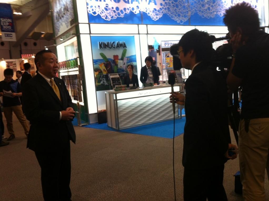 マスコミの取材に応じる小野実行委員長。夕方のテレビで放映されました。
