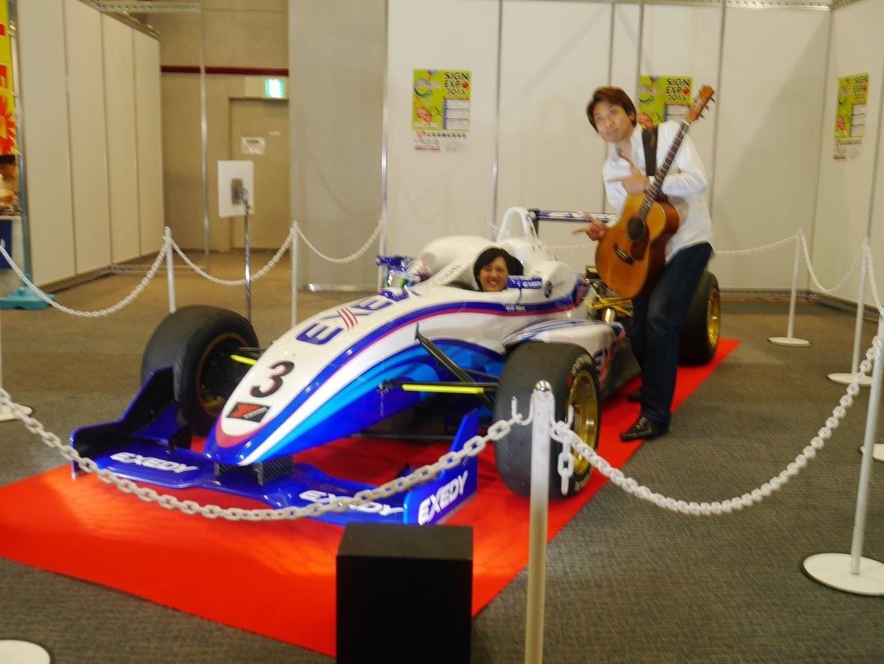愛車に乗った三浦愛さんと、スペシャルゲストの西山隆行さん