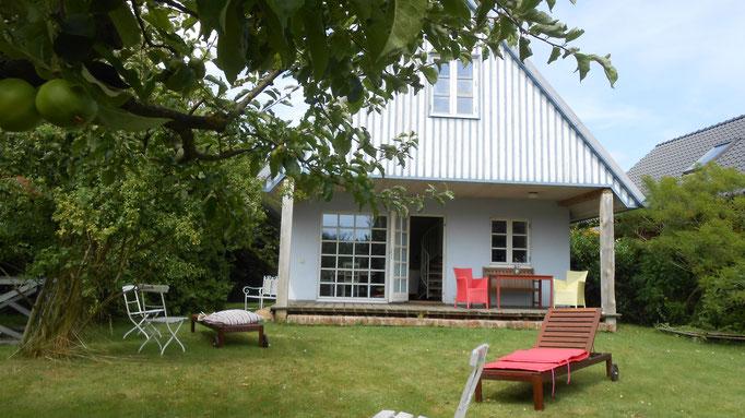 Blick durch den großen Obstgarten auf das Ferienhaus