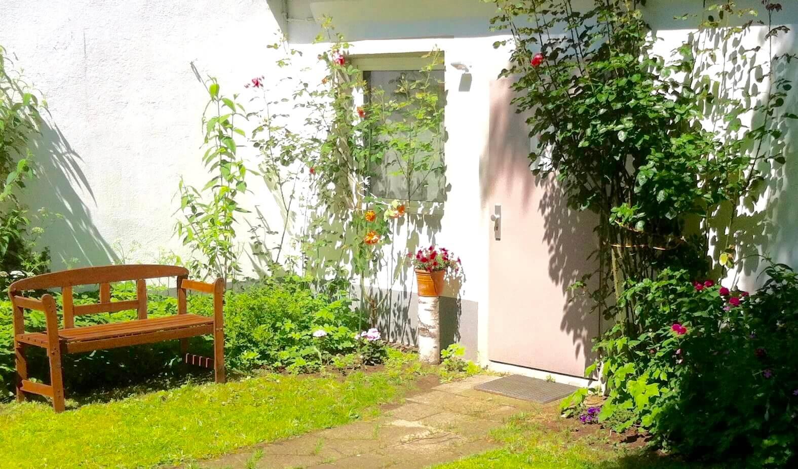 Der Eingang zum Loft führt Dich durch den Garten.